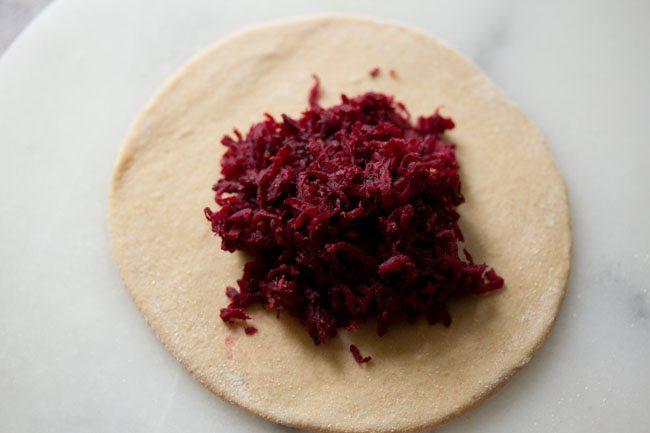 farce posée sur la pâte roulée