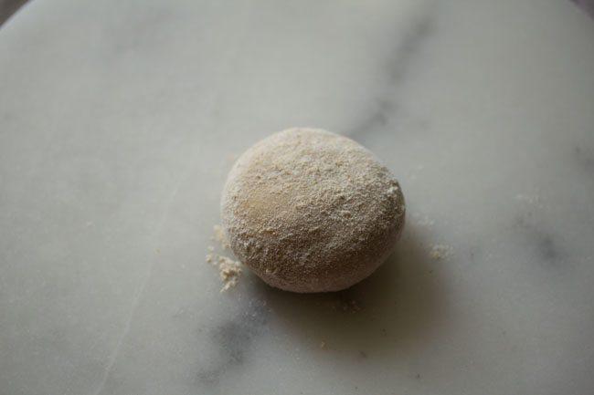 boule de pâte saupoudrée de farine