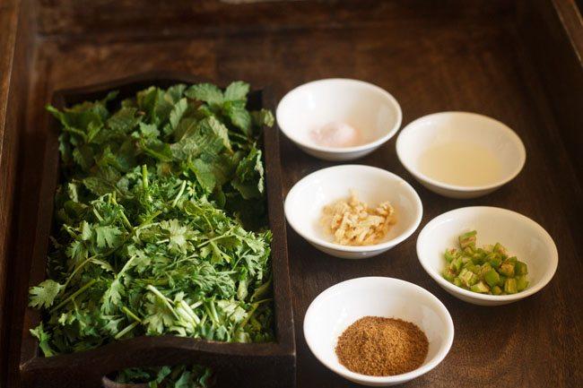 Ingrédients du chutney à la coriandre et à la menthe mis de côté