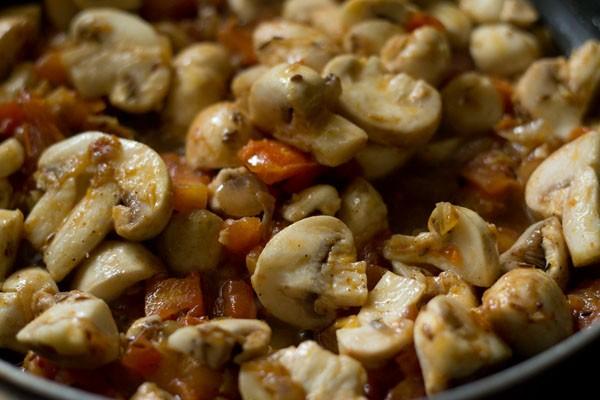 mélanger les champignons avec le mélange