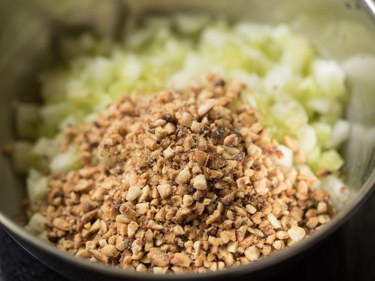 cacahuètes concassées ajoutées au concombre