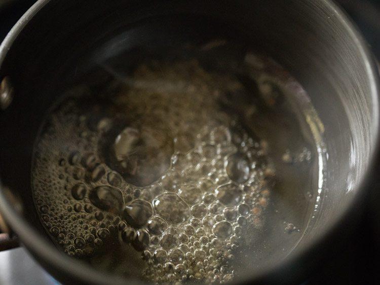 graines de moutarde à l'huile dans une poêle tadka