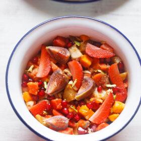 Coup de frais généraux de salade de fruits dans un bol blanc avec un bord bleu