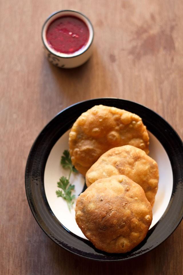 matar kachori servi sur une assiette avec du chutney dans un petit bol