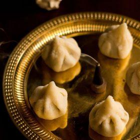 rava modak servi dans une assiette
