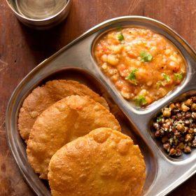Singhara ke atta ki poori servi avec curry de pommes de terre dans une assiette